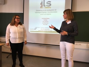 Pia Vataja (till vänster) och Ann-Katrine Risberg presenterar preliminära resultat från ILS-projektet.